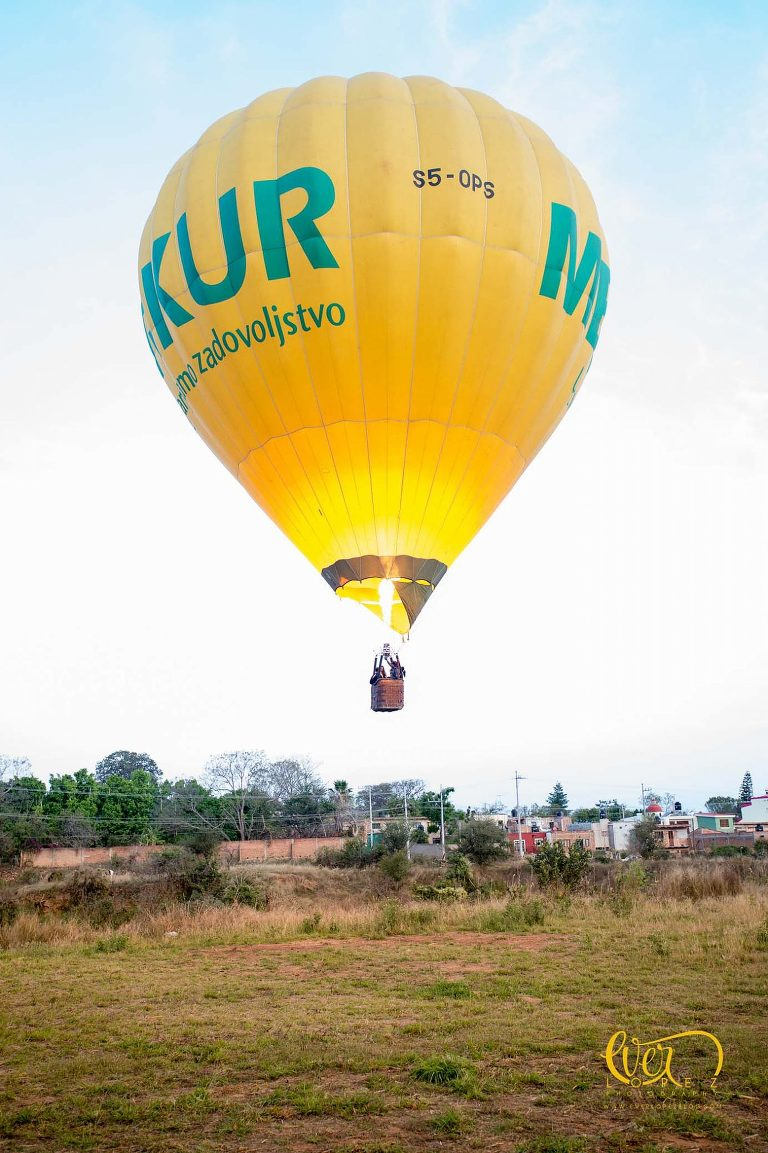 Ever Lopez, Engagement session pictures flying a hot air balloon.  Tequila Jalisco Mexico, destination wedding photography